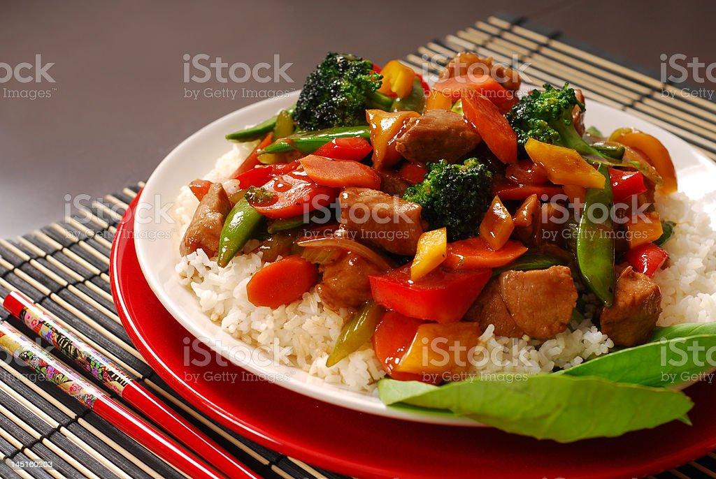 Placa de cerdo, stir fry con verduras - foto de stock