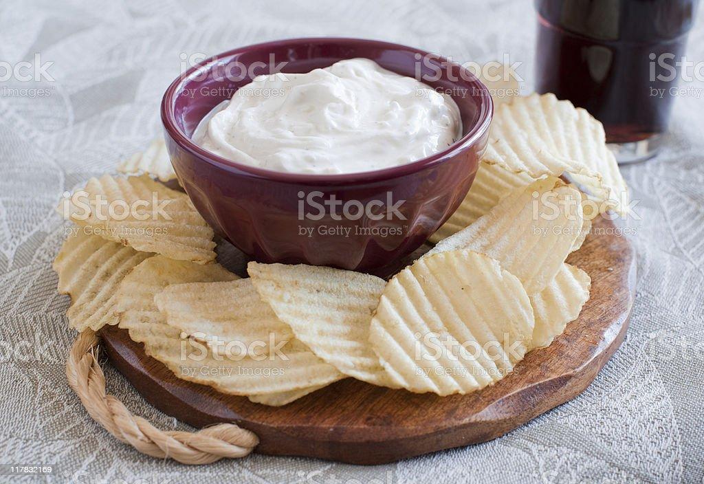 Kartoffel-Chips und Dip – Foto