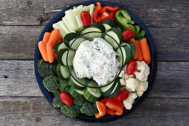 Teller mit rohem Gemüse und dip auf alten hölzernen Planken – Foto