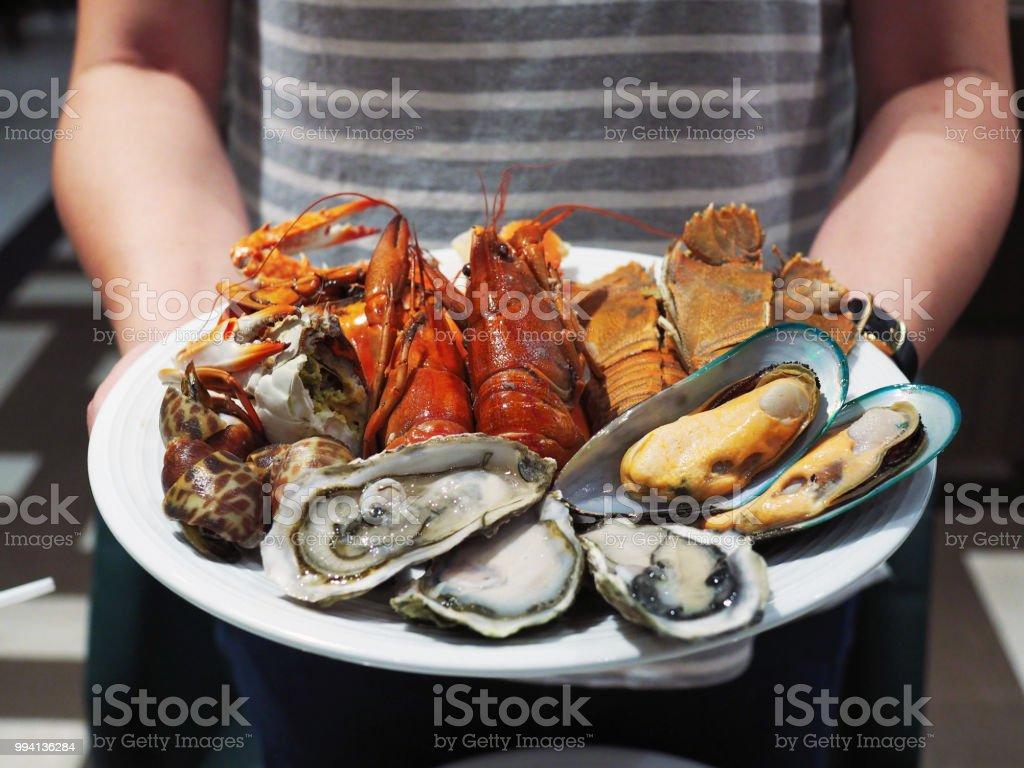Plato de cigalas al vapor, camarón gigante de río, mejillones, cangrejo gigante y ostras frescas. - foto de stock