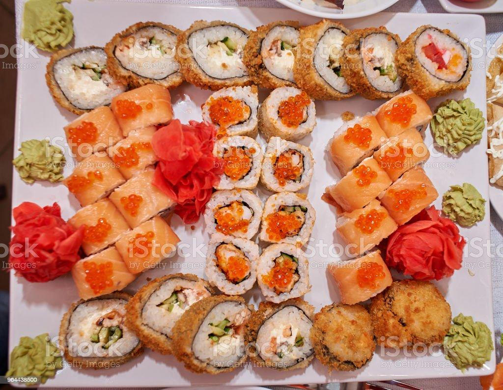 Um prato de sushi com o sushi e o molho de soja - Foto de stock de Alga marinha royalty-free