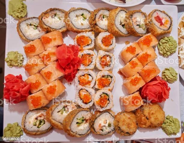 Foto de Um Prato De Sushi Com O Sushi E O Molho De Soja e mais fotos de stock de Alga marinha