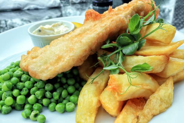 teller mit traditionellen wegnehmen englisch, essen, fisch und pommes frites. - englischer erbsen salat stock-fotos und bilder