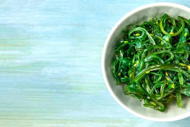 Placa de wakame, vegetales del mar, con espacio de copia - foto de stock