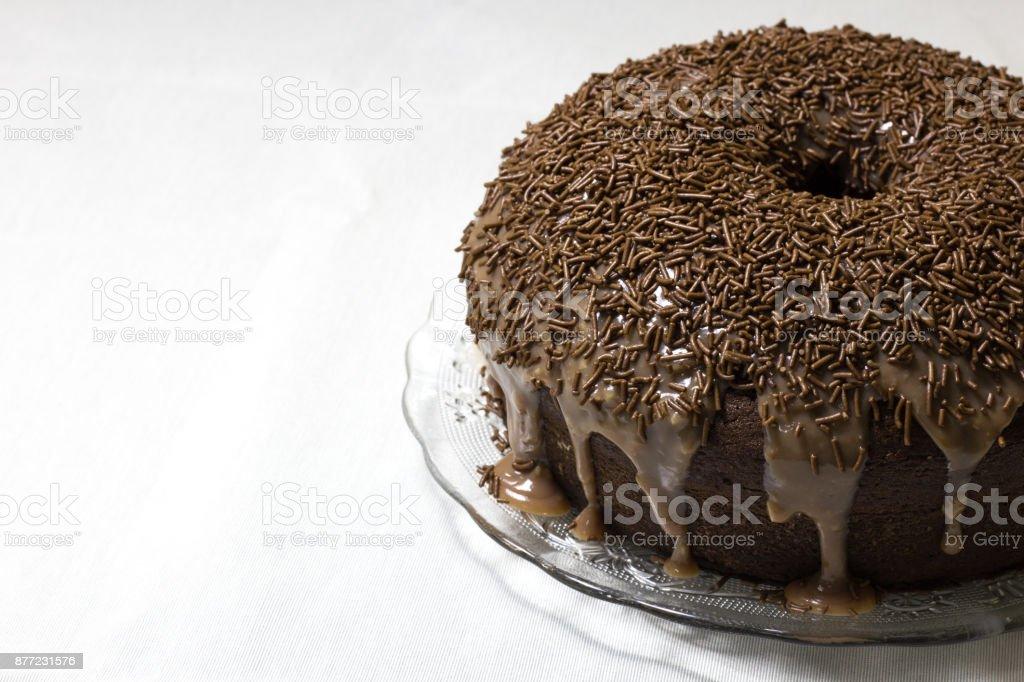 Placa com uma sobremesa tradicional brasileira - bolo de brigadeiro - foto de acervo