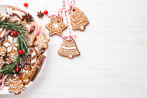 plate with christmas gingerbread cookies. - christmas cookies imagens e fotografias de stock