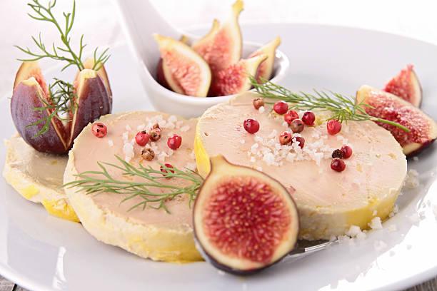 assiette avec du foie gras et une figue - foie gras photos et images de collection