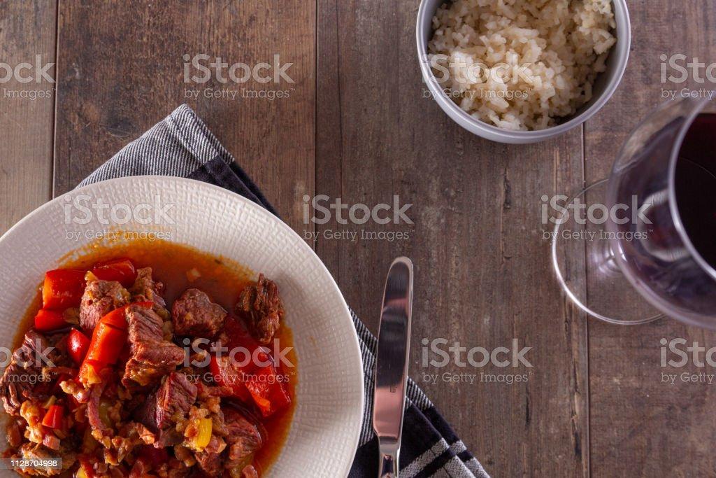 Een plaat met goulash of rundvlees stoofpot op tafel. foto