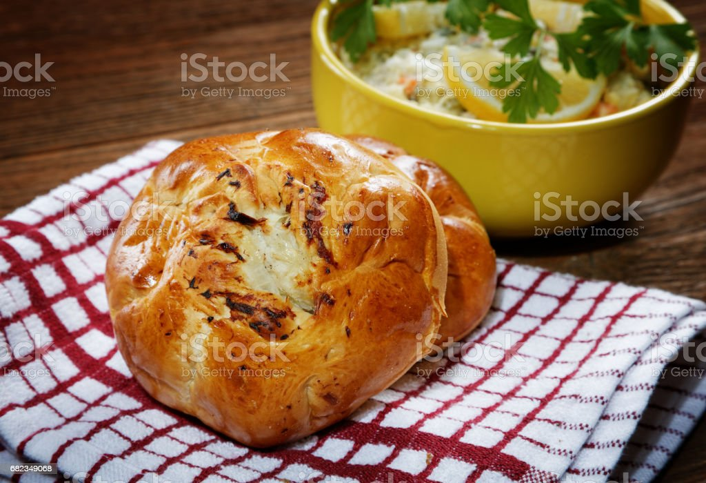 plaat met salade en brood broodjes aan de tafel van dorp royalty free stockfoto