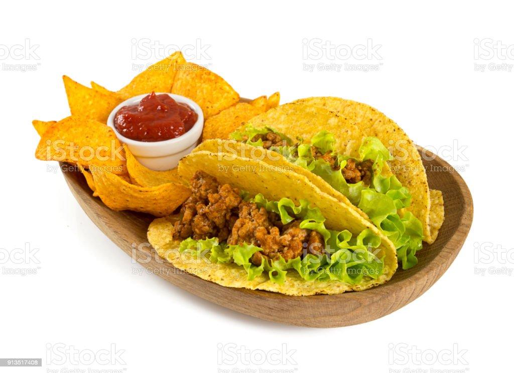 Platte mit Tacos und Nachos isoliert auf weiss – Foto