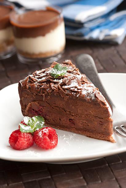 dessert - schokoladen trüffeltorte stock-fotos und bilder