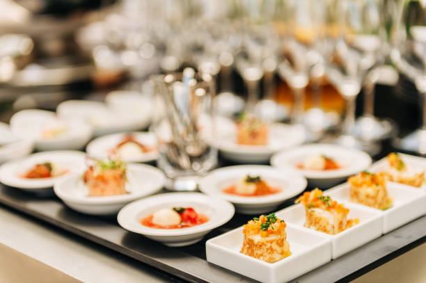 Teller mit Vorspeisen bei festlichen Veranstaltungen, Partys oder Hochzeitsempfang – Foto