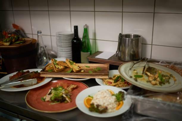 tallrikar med mat - food waste bildbanksfoton och bilder