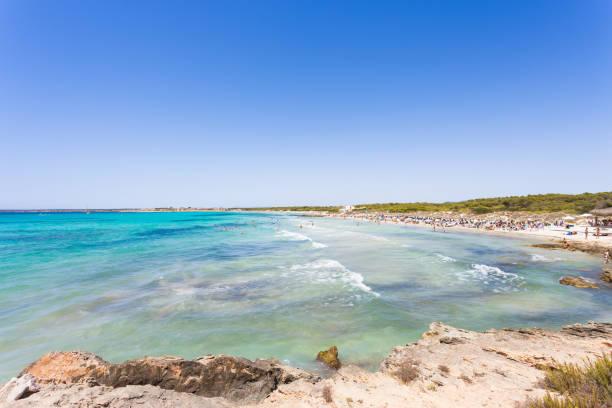 Platja Essen Trenc, Mallorca - weit Blick auf türkisfarbenes Wasser am Strand von Platja Essen Trenc – Foto