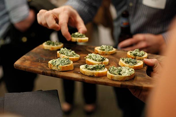 Plateau d'épinards et artichauts pour agrémenter des chips servi à une fête - Photo