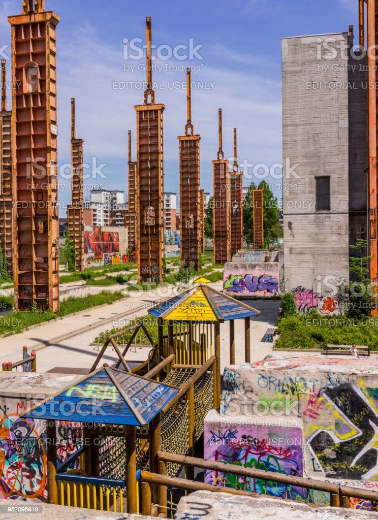 Zona De Juegos Para Niños En Parco Dora Foto de stock y más ...