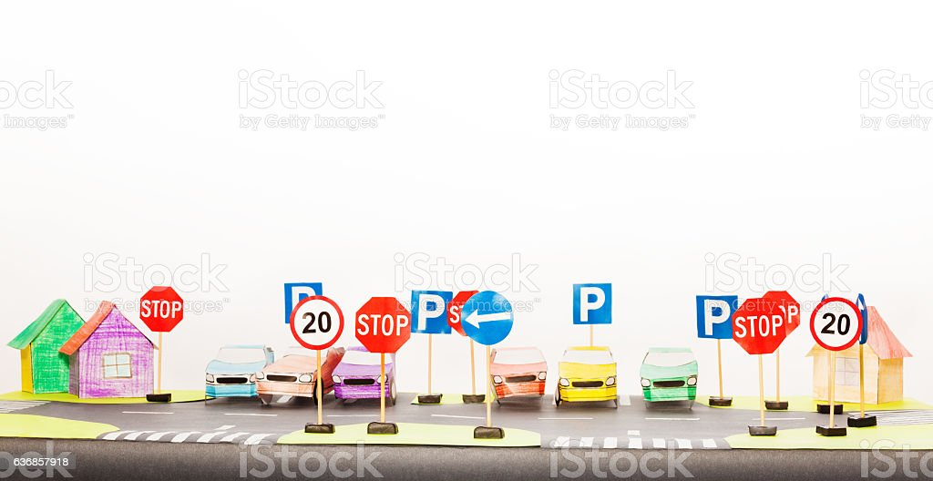 Play set of road signs and paper cars models - foto de stock
