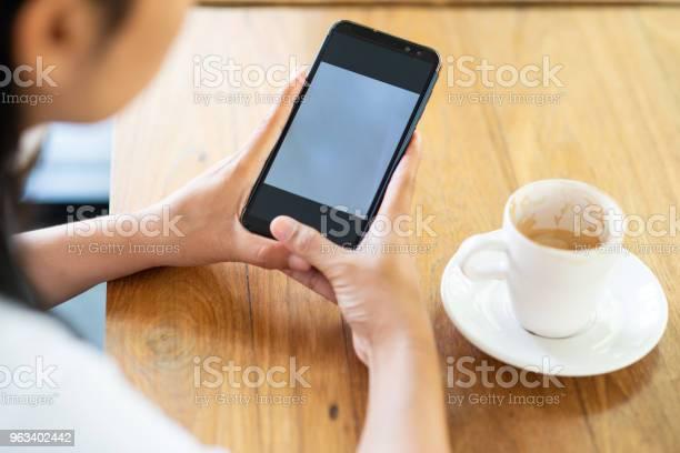 Odtwórz Telefon Komórkowy I Pij Kawę Rano - zdjęcia stockowe i więcej obrazów Bar kawowy