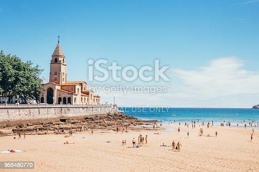 istock Playa de San Lorenzo, the beach of San Lorenzo at Gijon city 955480770
