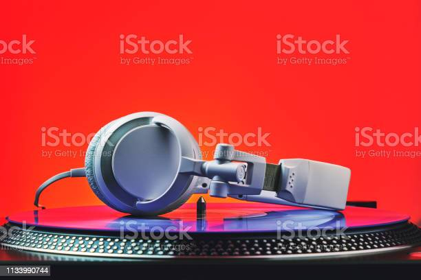 Player turntable vinyl records and white headphones in red light for picture id1133990744?b=1&k=6&m=1133990744&s=612x612&h=xemjobupkbi4vxpiuuuiiwnf3abhj5sbkzhxm npd2i=