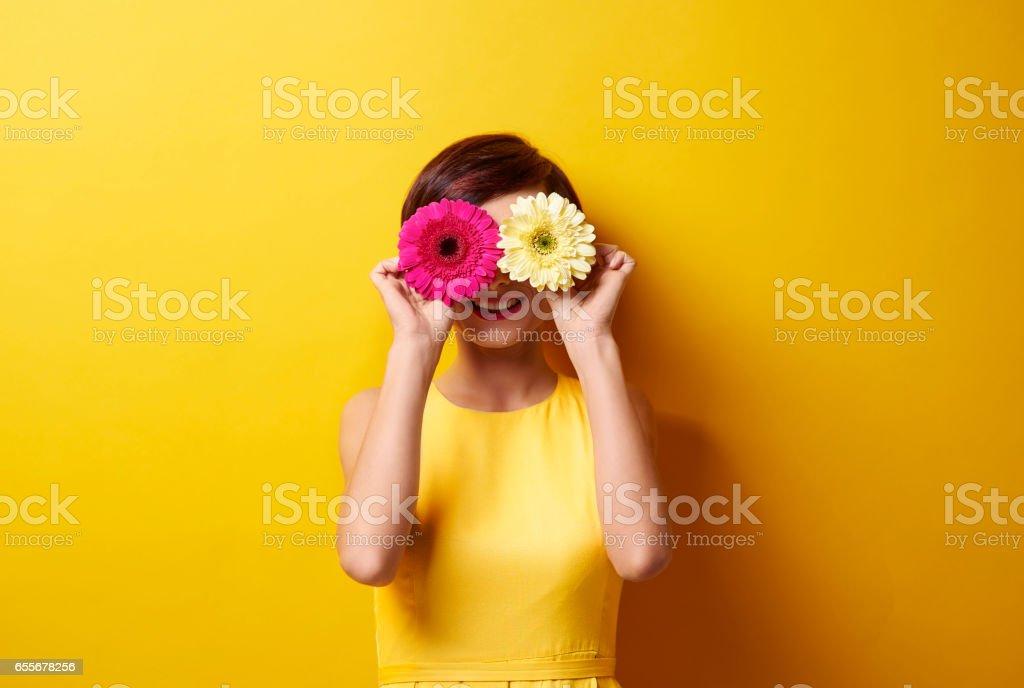 Playful brunette covering her eyes – Foto