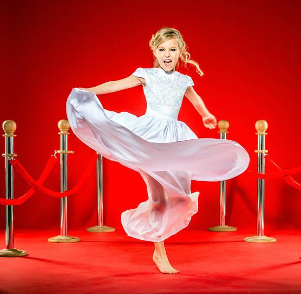 verspielte celebrity kleines mädchen - festliche kleider kindermode stock-fotos und bilder