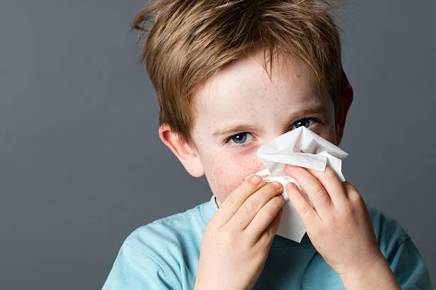 Verspielte Kind mit Gewebe zur Reinigung seine Nase von kalt – Foto
