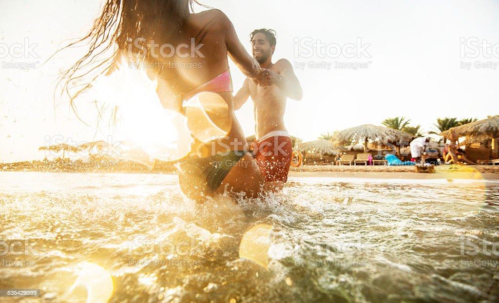遊び心のあるカップルのお客様には、海の夕日をご覧ください。 ストックフォト