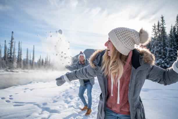 Verspieltes Paar Schneeballkampf im Winter – Foto