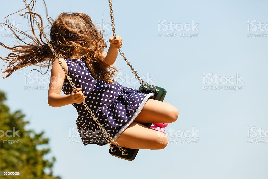 Allegra divertente Ragazza su altalena planChildrens. - foto stock