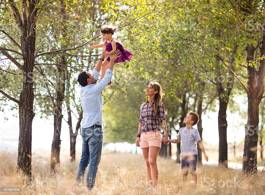 Playful family having fun while spending a day in nature. photo libre de droits