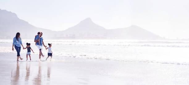 Spielerische Familie am Strand – Foto