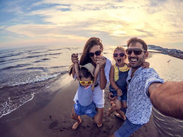 광각 카메라로 장난 가족 selfie - 가족 여행 및 휴가 뉴스 사진 이미지