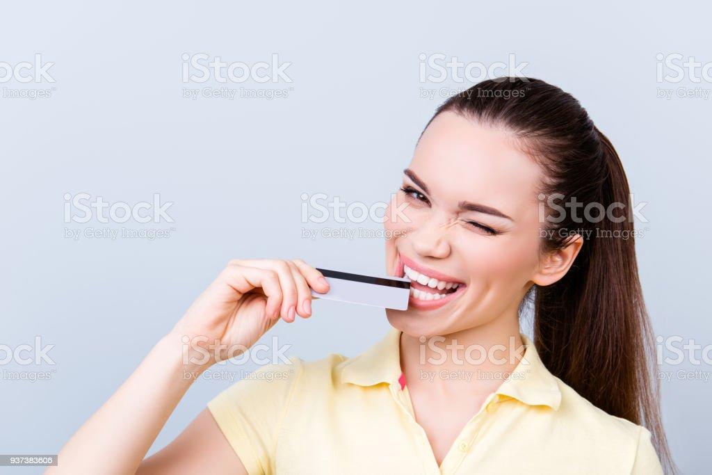 461d3301305 Juguetona morena coqueta está pensando en hacer compras en línea en  internet. Ella está en