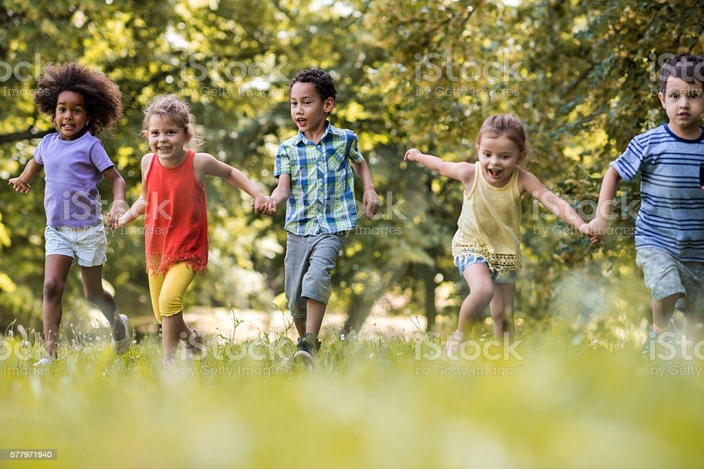 Photo libre de droit de Des Enfants Enjoués Se Tenant La Main Et Courant  Dans Le Parc banque d'images et plus d'images libres de droit de  Afro-américain - iStock