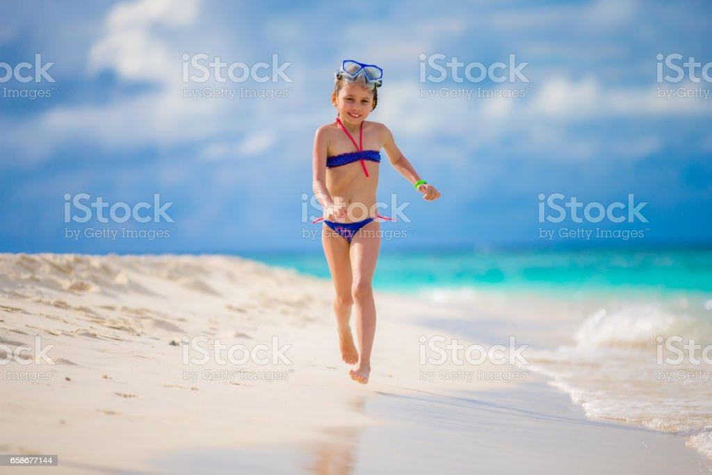 menina lúdica desfrutando no maldivies bech stock foto royalty