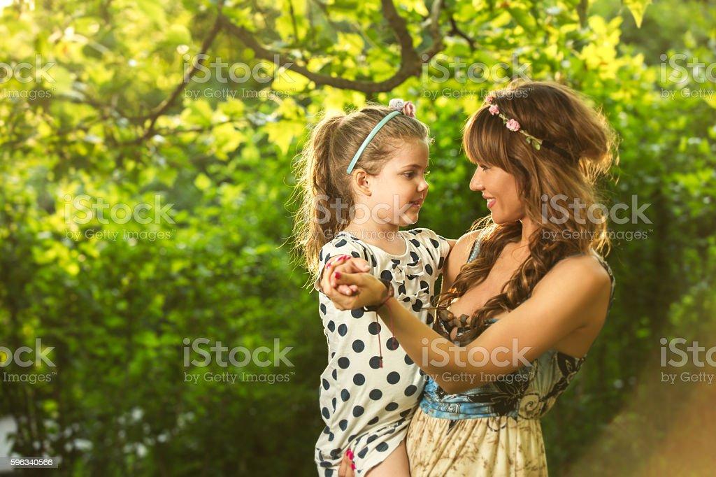 Verspielte Mutter Spaß haben mit Ihr kleines Mädchen im Freien. Lizenzfreies stock-foto