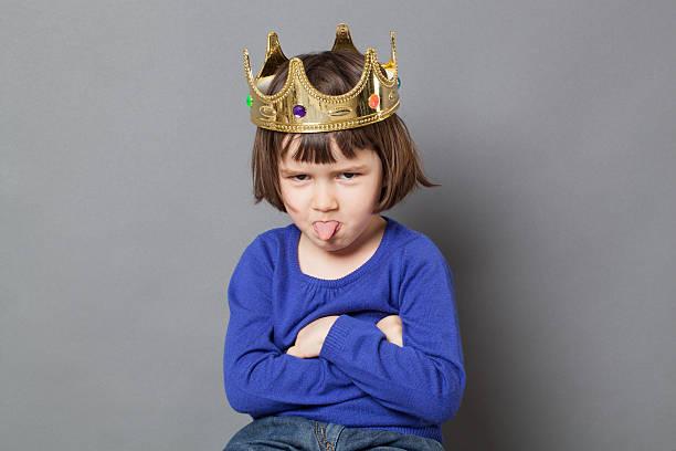 Verspielte Vorschulkind mit frechen Look und mollycoddled kid Krone – Foto
