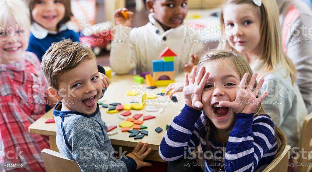 Juguetón preschoolers divertirse haciendo caras - foto de stock