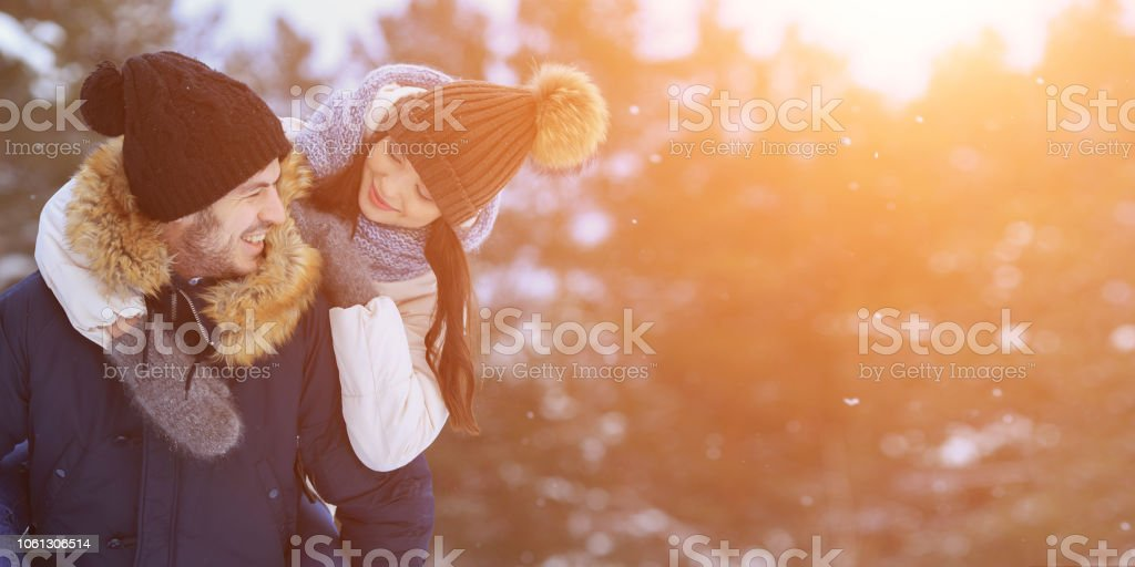 Verspielt, lächelnde paar Wandern im Winterwald. Exemplar – Foto