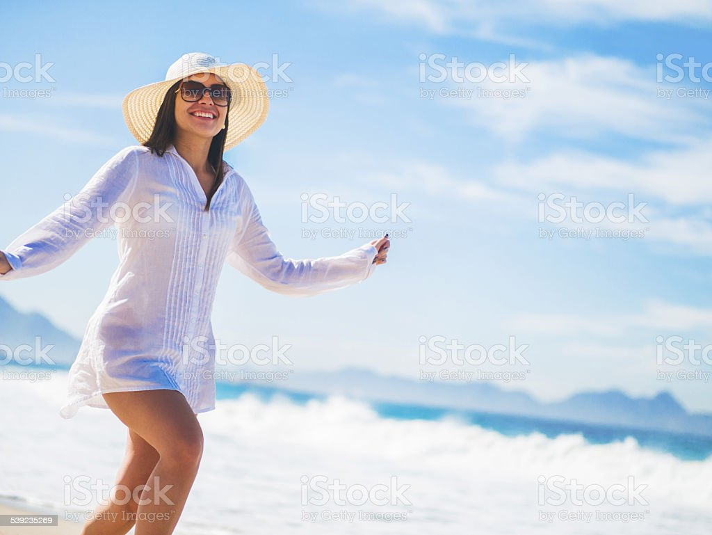 Mujer jugando en la playa. foto de stock libre de derechos