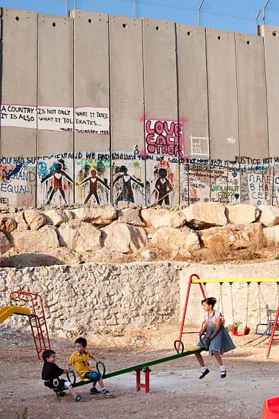 spielplatz und der israelischen trennung wall - trennungssprüche stock-fotos und bilder
