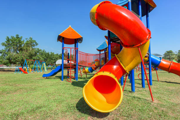 speeltuin in het park - speeltuin stockfoto's en -beelden