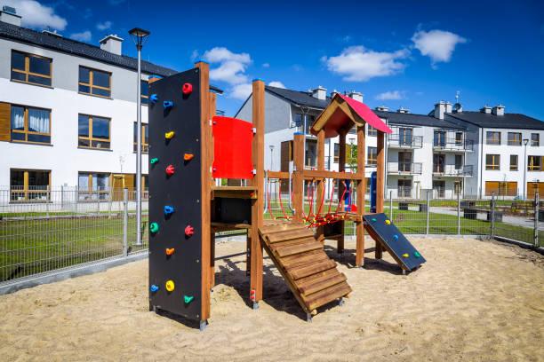 spielplatz auf der wohnsiedlung - spielplatz design stock-fotos und bilder