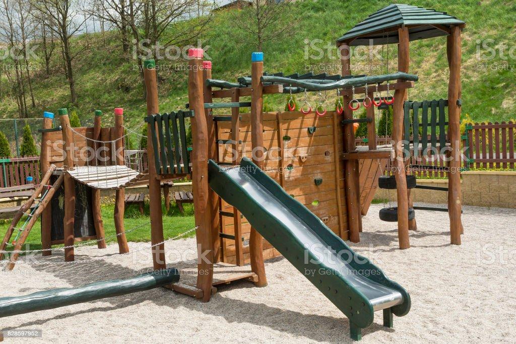 Klettergerüst Spielplatz : Spielplatz mit rutsche und klettergerüst im park stockfoto