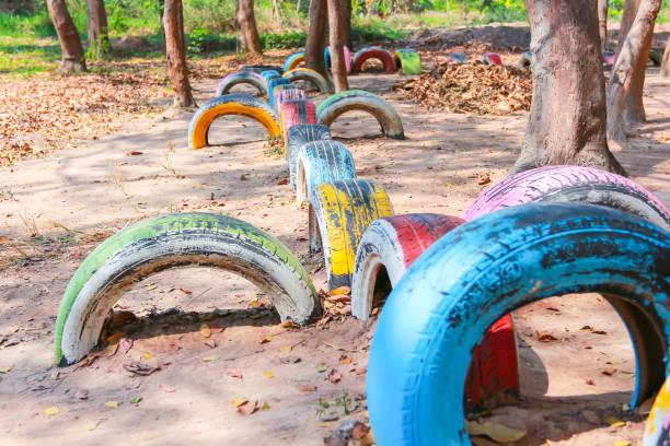 spielplätzen von reifen-recycling. - spielplatz design stock-fotos und bilder