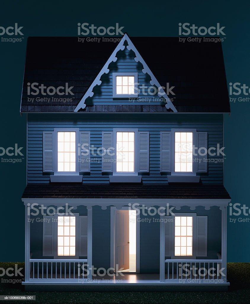 Cabane avec Illumination fenêtres, gros plan photo libre de droits