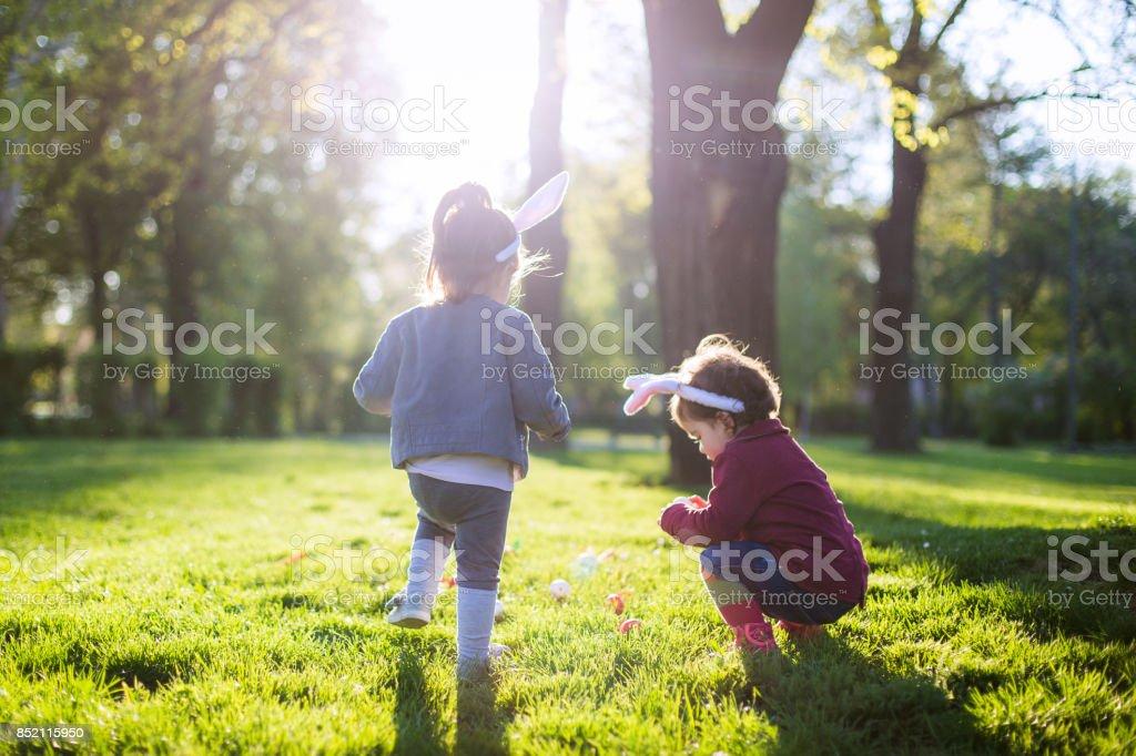 Spielen zu Ostern im park – Foto