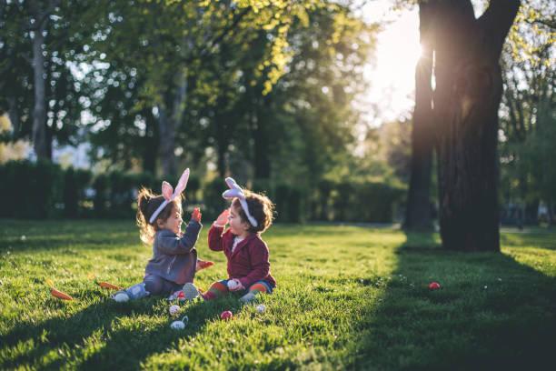 jogando no parque durante as férias - pascoa - fotografias e filmes do acervo