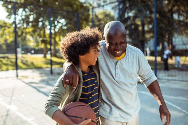 basketball spielen - aktiver lebensstil stock-fotos und bilder